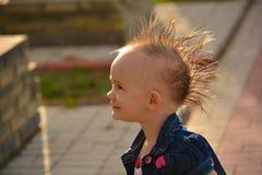 Baby met een Mohawk Stock Fotografie