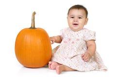 Baby met een pompoen stock afbeelding