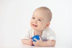 Baby met een stuk speelgoed stock foto