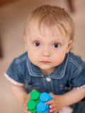Baby met een stuk speelgoed Stock Afbeelding