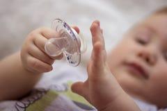 Baby met een uitsteeksel royalty-vrije stock afbeeldingen