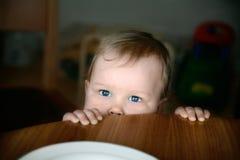 Baby met expressieve ogen royalty-vrije stock fotografie