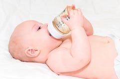 Baby met fles Stock Foto's