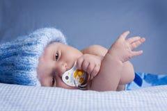 Baby met fopspeen stock fotografie