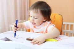 Baby met gevoelde pennen Stock Foto's