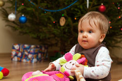 Baby met gevuld stuk speelgoed stock foto
