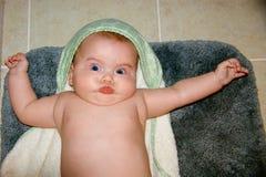 Baby met grappige gelaatsuitdrukking na een bad Stock Foto's