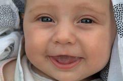 Baby met het blauwe ogen spreken royalty-vrije stock fotografie