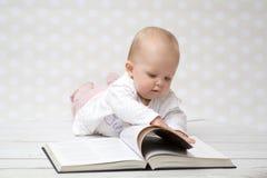 Baby met het boek Stock Fotografie