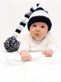 Baby met het gebreide hoed kijken Stock Foto