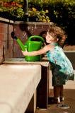 Baby met het water geven van pot Royalty-vrije Stock Afbeelding