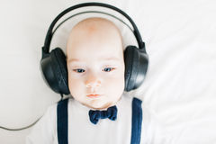 Baby met hoofdtelefoons Stock Foto