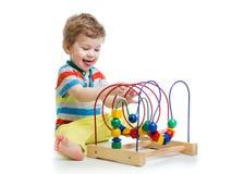 Baby met kleuren onderwijsstuk speelgoed Stock Foto's