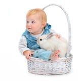 Baby met konijn stock afbeelding