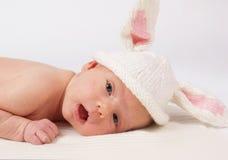 Baby met konijn-kop Royalty-vrije Stock Foto's