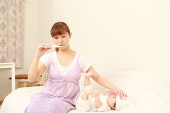 Baby met koorts Royalty-vrije Stock Afbeeldingen