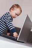 Baby met laptop stock foto