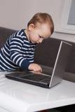 Baby met laptop stock afbeeldingen