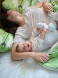 Baby met mamma Stock Afbeeldingen