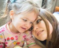 Baby met moeder Gelukkige familie Stock Foto's