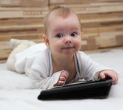 Baby met nieuwe tabletpc Stock Fotografie