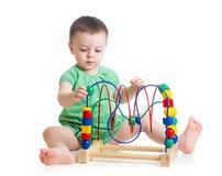 Baby met onderwijsstuk speelgoed Stock Foto's