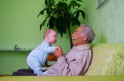 Baby met opa Royalty-vrije Stock Afbeeldingen