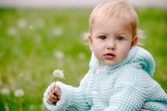 Baby met paardebloem Stock Afbeeldingen