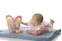 Baby met Pasen mand Stock Fotografie