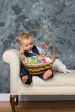 Baby met Pasen-mand stock afbeelding