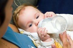 Baby met plastic fles stock foto