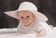 Baby met roze hoed Stock Afbeelding