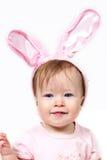 Baby met roze konijnoren royalty-vrije stock afbeelding