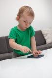 Baby met smartphone royalty-vrije stock afbeeldingen