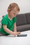 Baby met smartphone stock foto's