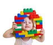 Baby met speelgoed die op wit wordt geïsoleerdn Stock Foto