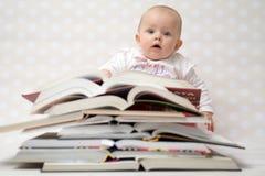 Baby met stapel van boeken Stock Fotografie