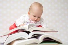 Baby met stapel van boeken Stock Afbeelding