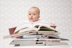 Baby met stapel van boeken Stock Foto