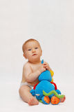 Baby met stuk speelgoed stock afbeeldingen