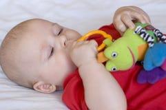 Baby met stuk speelgoed Stock Foto's