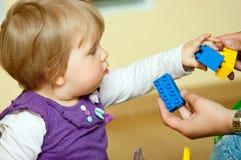 Baby met stuk speelgoed blokken Stock Foto