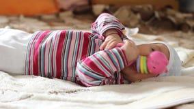 Baby met Stuk speelgoed in Handen stock video