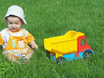 Baby met stuk speelgoed vrachtwagen Royalty-vrije Stock Afbeeldingen