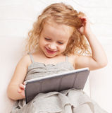 Baby met tabletcomputer stock afbeelding