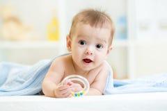 Baby met teether onder algemene binnen royalty-vrije stock afbeelding