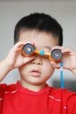 Baby met telescoop Stock Fotografie