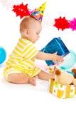 Baby met verjaardagsgeschenk Stock Foto