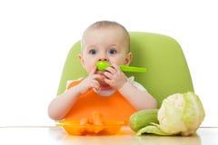 Baby met verse groenten Concepten gezond voedsel en jonge geitjesvoeding stock afbeelding
