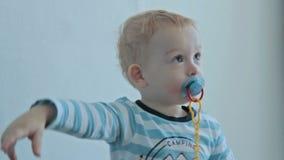 Baby met vingerpunt aan voorzijde stock videobeelden
